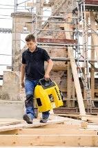 Arbeiter trägt den Kaeser Kompressor i.Comp 3
