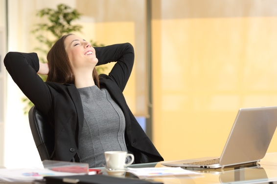 Frau im Büro atmet tief durch